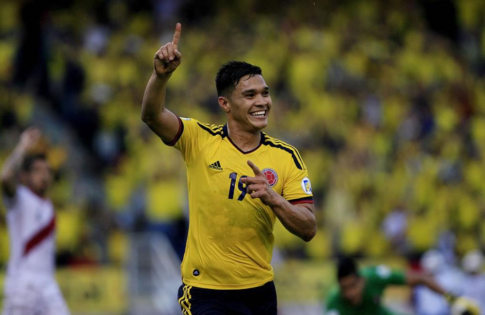 El jugador colombiano Teófilo Gutiérrez celebra un gol ante Perú. Foto: EFE