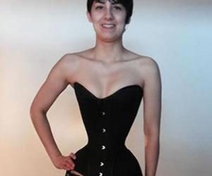 Joven redujo su cintura a 40 centímetros usando corsé 3 años
