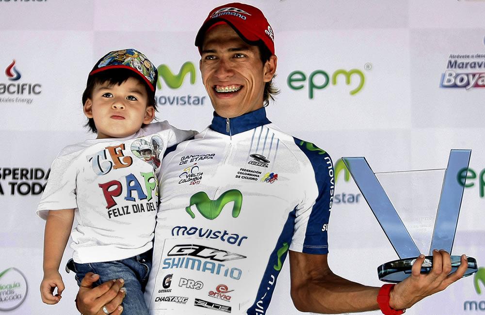 El ciclista colombiano Jonathan Millán celebra en el podio. Foto: EFE