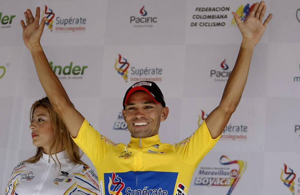 El ciclista colombiano Mauricio Ortega celebra tras asumir el liderato general de la edición 63 de la Vuelta a Colombia. Foto: EFE