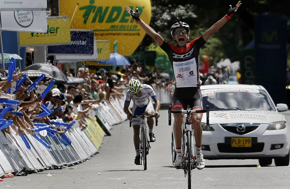 El ciclista colombiano Jonathan Millán celebra la victoria en la etapa 12 de la Vuelta a Colombia. Foto: EFE