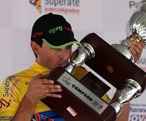 El ciclista español Óscar Sevilla celebra el título de la Vuelta a Colombia 2013. EFE