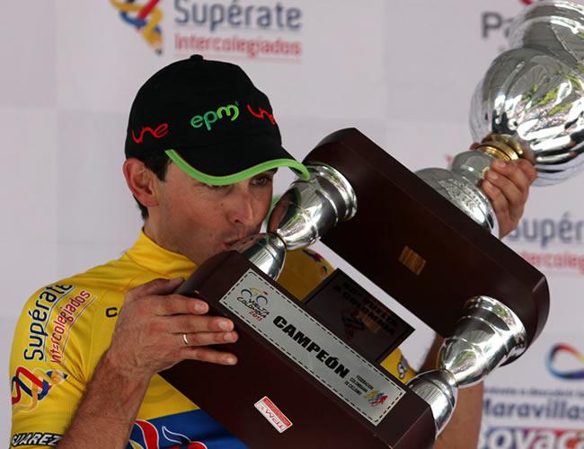 El ciclista español Óscar Sevilla celebra el título de la Vuelta a Colombia 2013. Foto: EFE