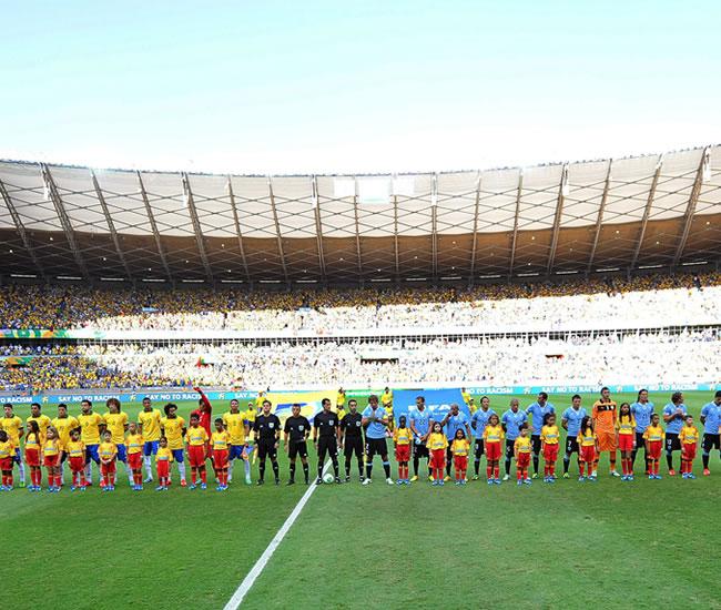 Los equipos de Brasil y Uruguay forman junto con el equipo de árbritos. Foto: EFE