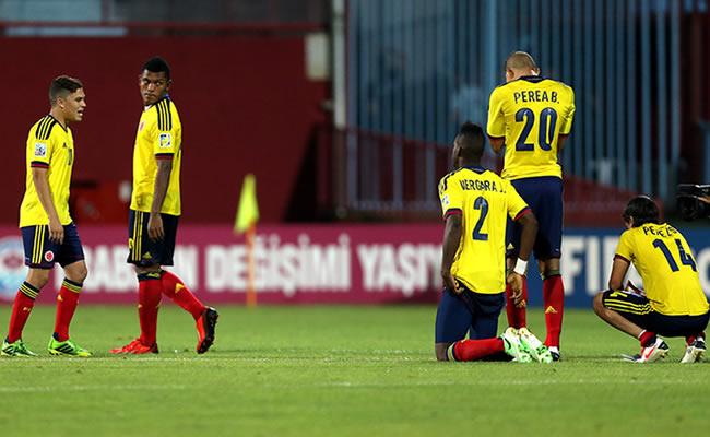Los jugadores de Colombia lamentan la eliminación ante Corea del Sur. EFE
