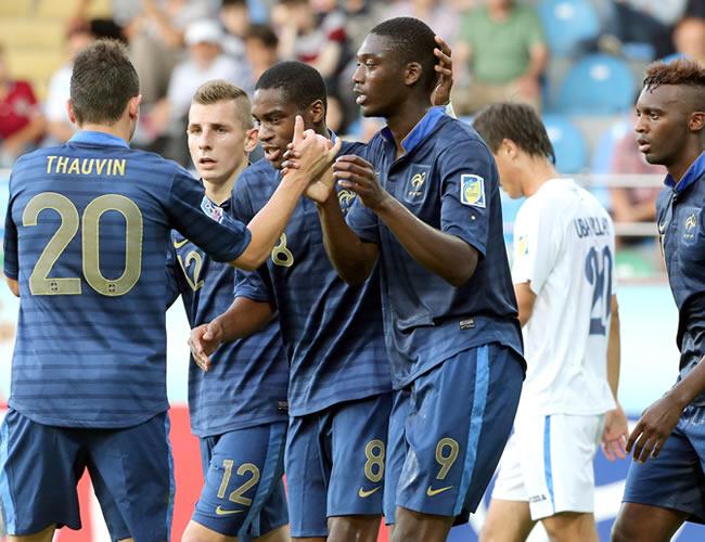 Los jugadores franceses celebran un gol marcado contra Uzbekistán. EFE