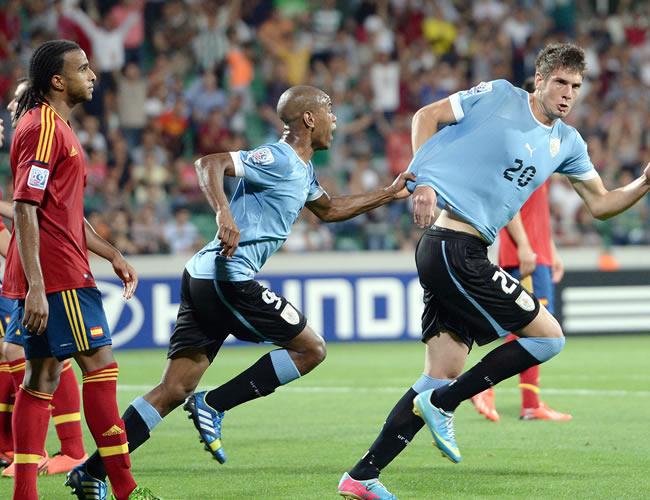 Felipe Avenatti (d) celebra con su compañero Diego Rolan (c) el gol de Uruguay. EFE
