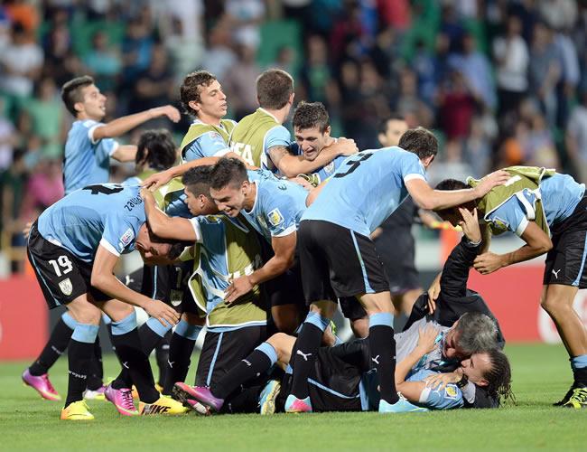Los jugadores de Uruguay celebran el triunfo sobre España. EFE