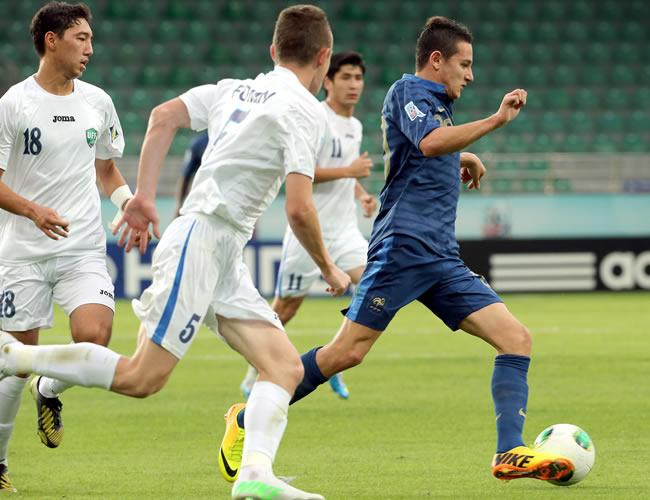 Florian Thauvin (d) de Francia lucha por el balón con los uzbecos Maksimilian Fomin (c) y Sardor Sabirkhodjaev (i). EFE