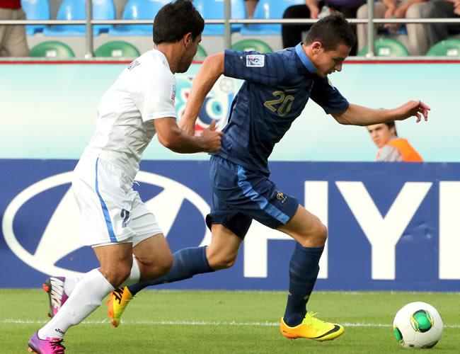 Florian Thauvin (d) de Francia controla el balón ante Tohirjon Shamshitdinov (i) de Uzbekistán. EFE