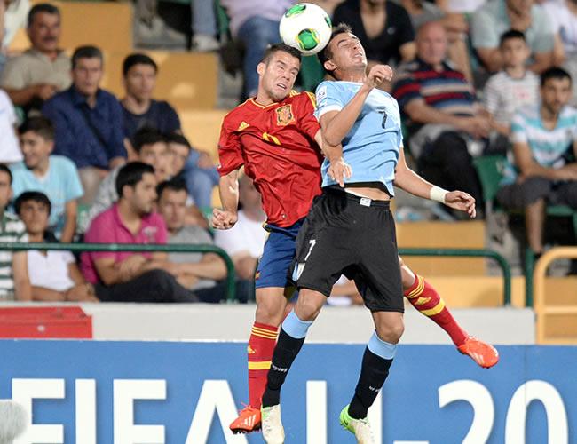 Juan Bernat (i) de España, lucha por el balón con Leonardo Pais (d) de Uruguay. EFE