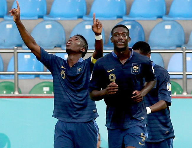El francés Paul Pogba es felicitado por sus compañeros tras marcar un gol. EFE