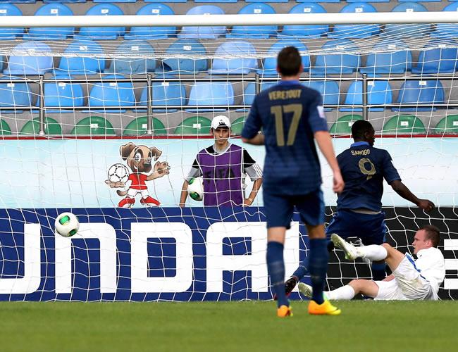 Yaya Sanogo (d-9) anota el primer gol del partido para Francia. EFE