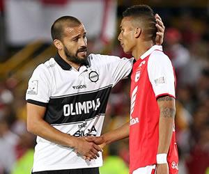 El jugador Carlos Humberto Paredes (i) de Olimpia de Paraguay consuela a Francisco Meza del Independiente Santa Fe. EFE