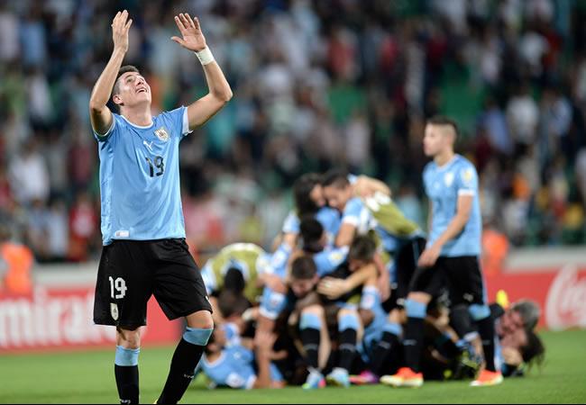 El uruguayo José Giménez (i) celebra con sus compañeros la clasificación a la semifinal del Mundial Sub-20. EFE