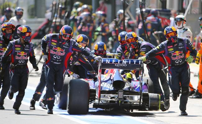 Mecánicos del equipo Red Bull asisten el monoplaza del piloto australiano Mark Webber. Foto: EFE