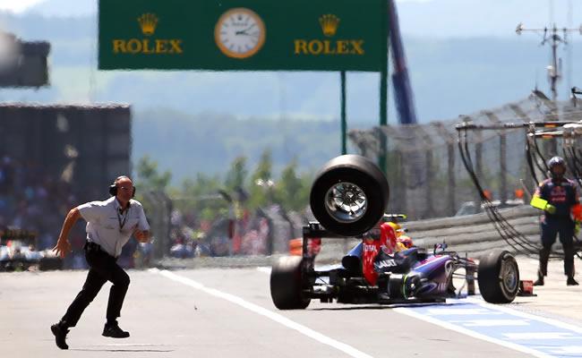 Una llanta del monoplaza del australiano Mark Webber qeuda suelta en la zona de pits en el Gran Premio de Alemania. Foto: EFE