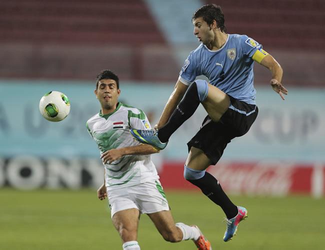 El jugador uruguayo Gaston Silva (d) pelea por el balón con el iraquí Saif Salman. EFE