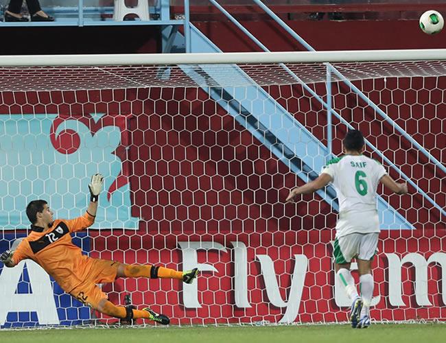 El jugador iraquí Saif Salman (d) erra un penalti en la definición contra Uruguay. EFE