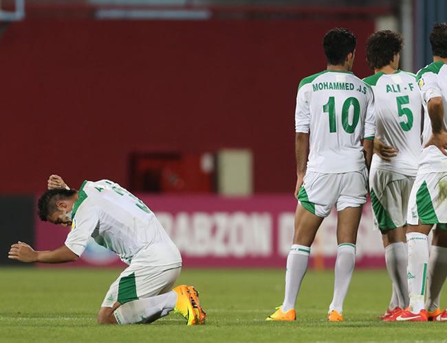 Los jugadores iraquíes muestran su decepción tras ser vencidos por Uruguay. EFE
