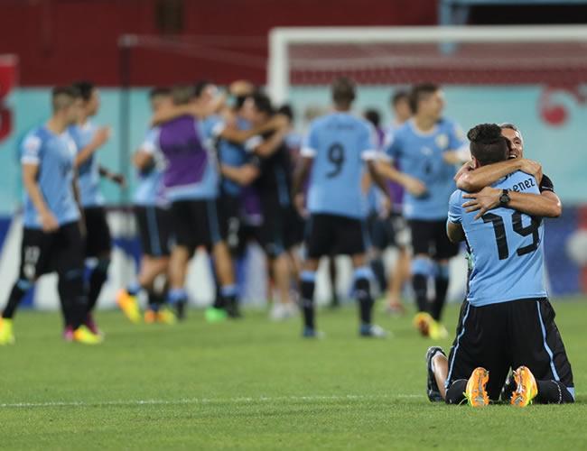 Los jugadores uruguayos celebran que su equipo ganó la semifinal del Mundial Sub-20. EFE