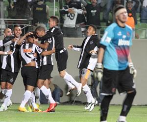 Jugadores de Atlético Mineiro celebran el segundo gol ante Newell's Old Boys. EFE