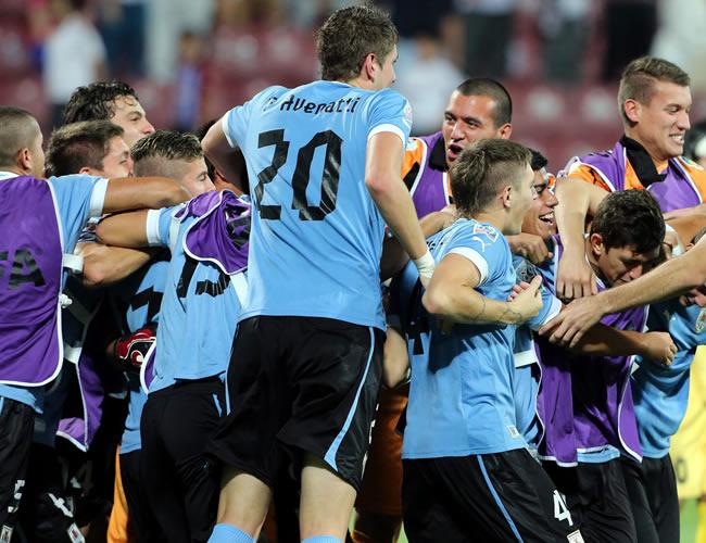Los jugadores uruguayos celebran que su equipo pasó a la final del Mundial Sub-20. EFE