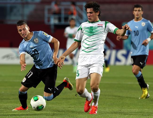 El jugador uruguayo Nicolás López (i) disputa un balón con el iraquí Ali Faez (d). EFE
