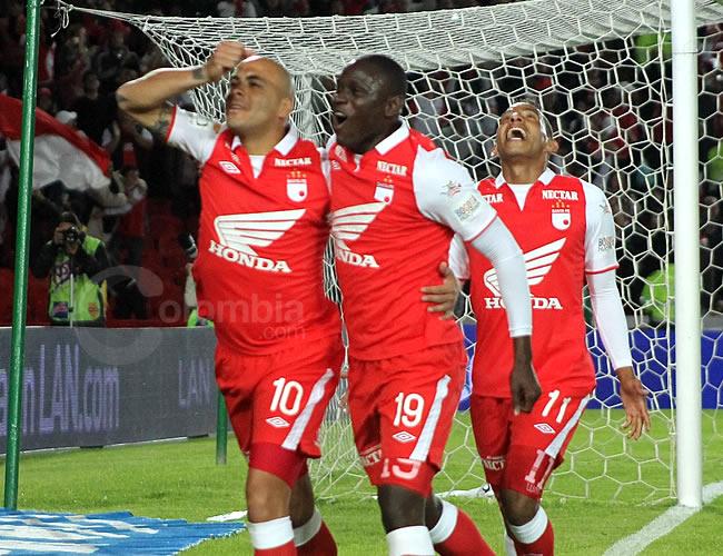 El argentino Omar Pérez (i) celebra con Cristian Martínez Borja y Wilder Medina su gol marcado para Santa Fe. Foto: Interlatin