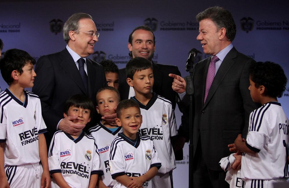El presidente de Colombia, Juan Manuel Santos (d), habla junto al presidente del equipo español de fútbol Real Madrid, Florentino Perez (i). Foto: EFE