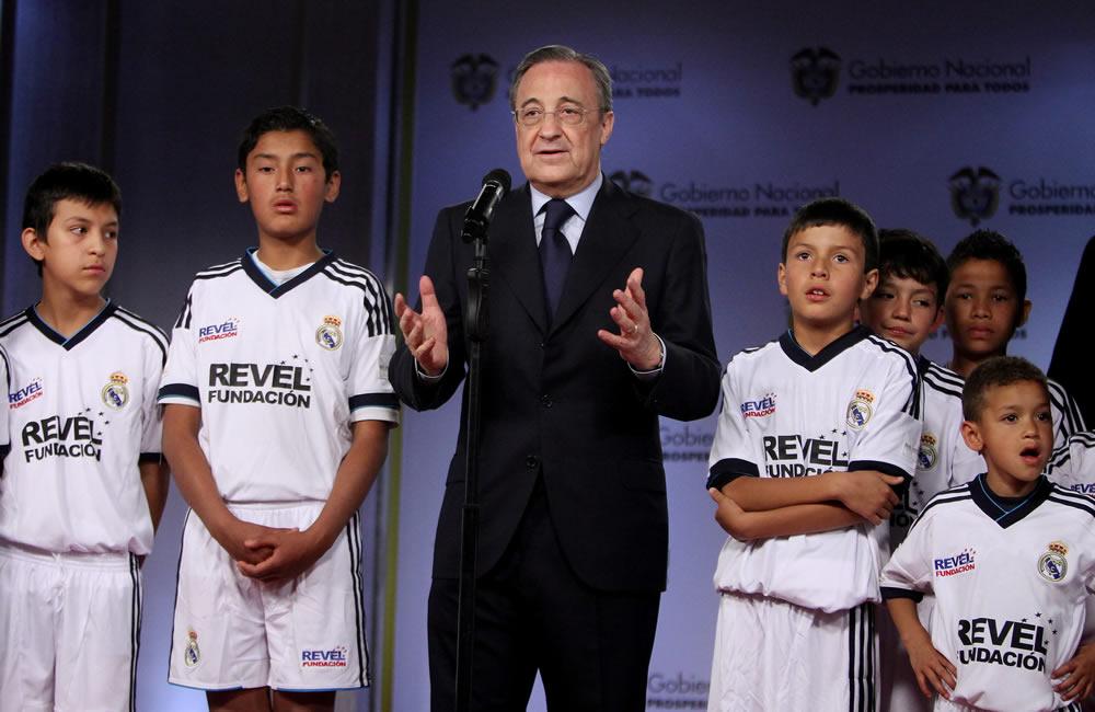 El presidente del Real Madrid, Florentino Perez (c), habla durante una reunión con el presidente de Colombia, Juan Manuel Santos. Foto: EFE