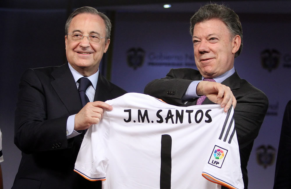 El presidente de Colombia, Juan Manuel Santos (d), recibe una camiseta del presidente del Real Madrid, Florentino Perez (i). Foto: EFE