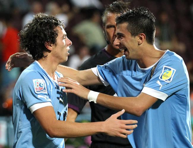 El jugador uruguayo Gonzalo Buiono (d) celebra con sus compañeros de equipo. EFE