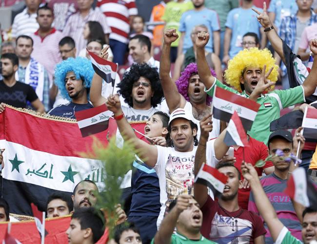 Aficionados de Irak apoyan a su selección en el partido por el tercer lugar. EFE