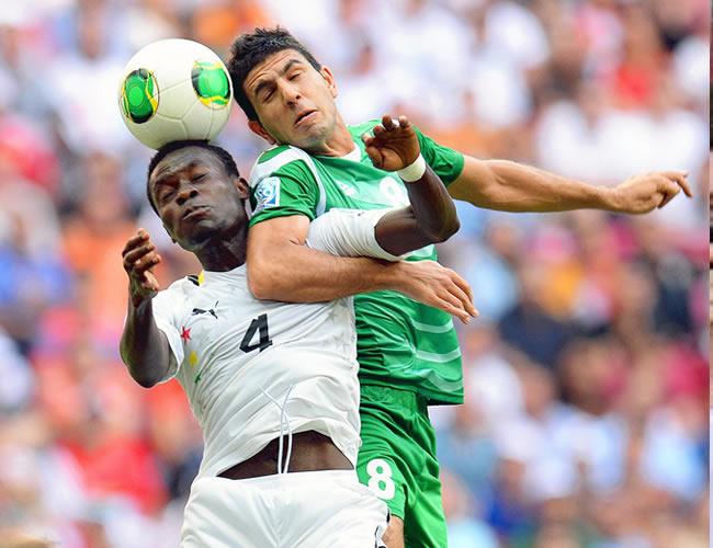 Joseph Attamah (i) de Ghana, disputa el balón con Mohamad Abdulraheem (d) de Irak. EFE