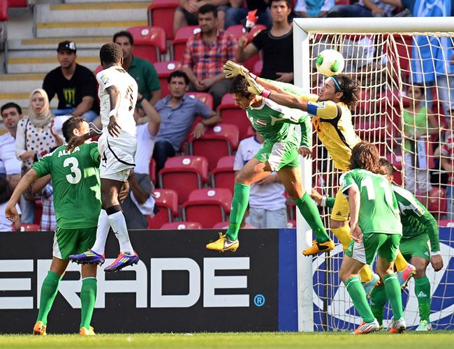Joseph Attamah (2i) anota el primer gol para Ghana ante el arquero iraquí Mohammed Hameed (d). EFE