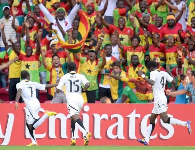 Los jugadores de Ghana celebran con el público un gol marcado. EFE