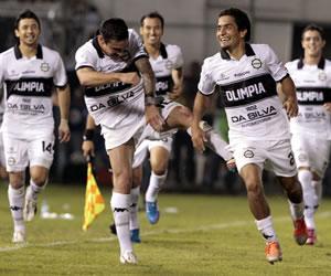 El jugador del Olimpia Wilson Osmar Pittoni (d) celebra después de anotar un gol ante Atlético Mineiro. EFE