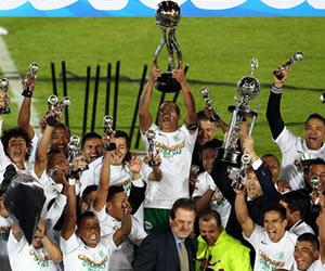 Jugadores del Atlético Nacional celebran su victoria sobre Independiente Santa Fe. EFE