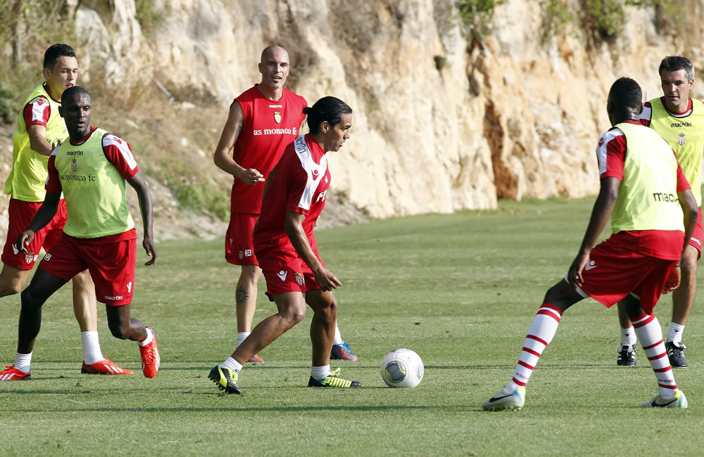 El delantero colombiano del Mónaco, Radamel Falcao (c), y el defensor francés, Eric Abidal (i), participan en un entrenamiento celebrado en La Tirbie, cerca de Mónaco. Foto: EFE