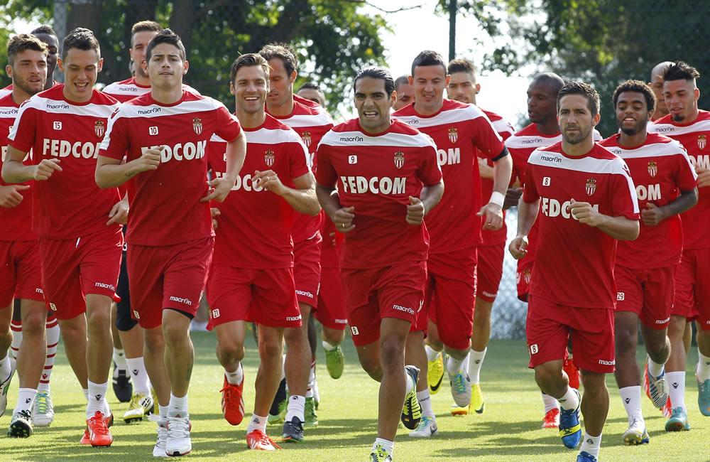 El delantero colombiano del Mónaco Radamel Falcao (c) y el resto de sus compañeros participan en un entrenamiento celebrado en La Tirbie, cerca de Mónaco. Foto: EFE