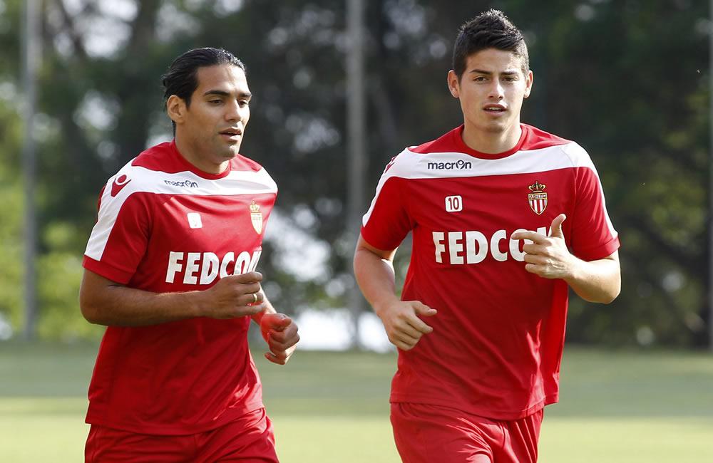 Los colombianos del Mónaco Radamel Falcao (i) y James Rodríguez participan en un entrenamiento. Foto: EFE