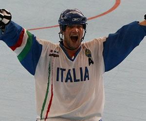 Celebración de un jugador de hockey sobre ruedas de Italia. EFE