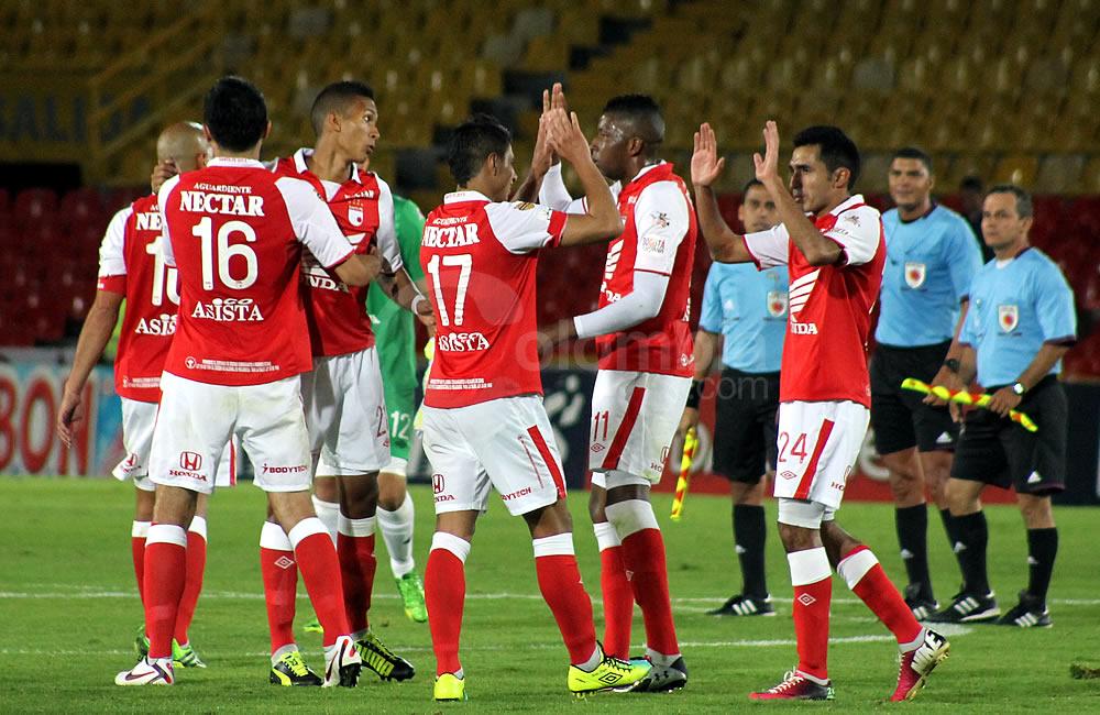 Los jugadores de Independiente Santa Fe se saludan tras la victoria sobre Itagüí. Foto: Interlatin