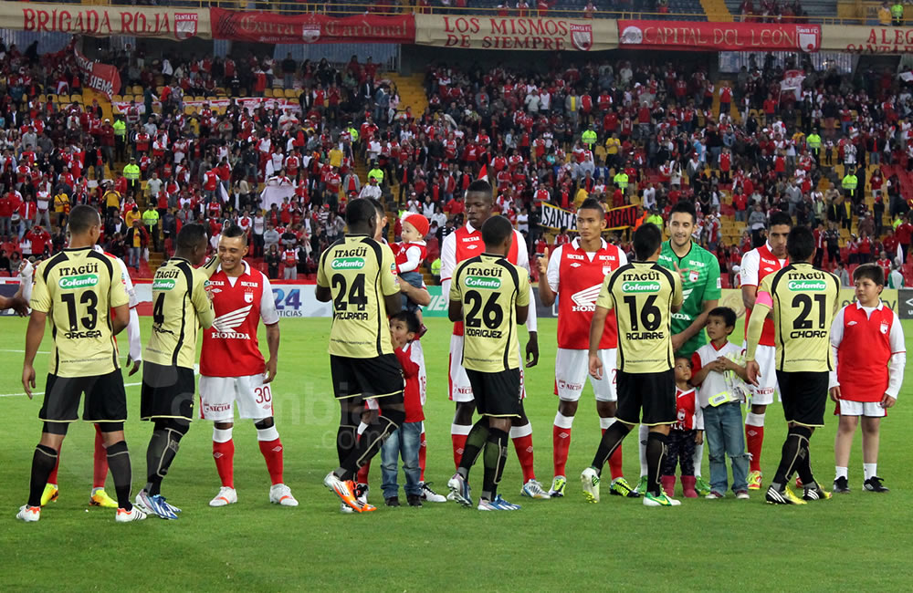 Saludo protocolario entre los jugadores de Santa Fe e Itagüí. Foto: Interlatin