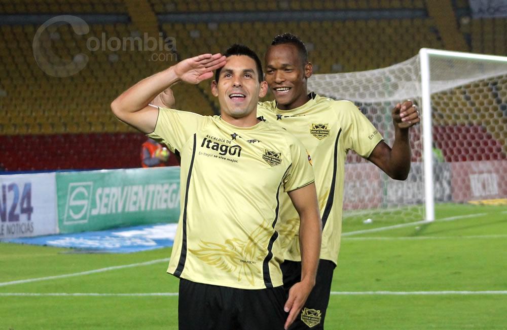 El delantero de Itagüí, Jorge Aguirre, celebra su gol de pena máxima. Foto: Interlatin