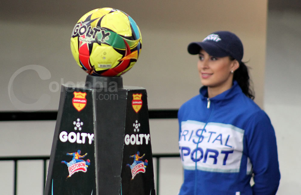 Una modelo observa junto al balón oficial del fútbol colombiano. Foto: Interlatin