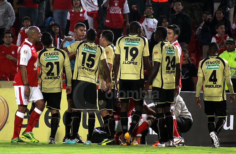 Los jugadores de Itagüí le reclaman al árbitro Juan Pontón tras la expulsión de Javier López (19). Foto: Interlatin