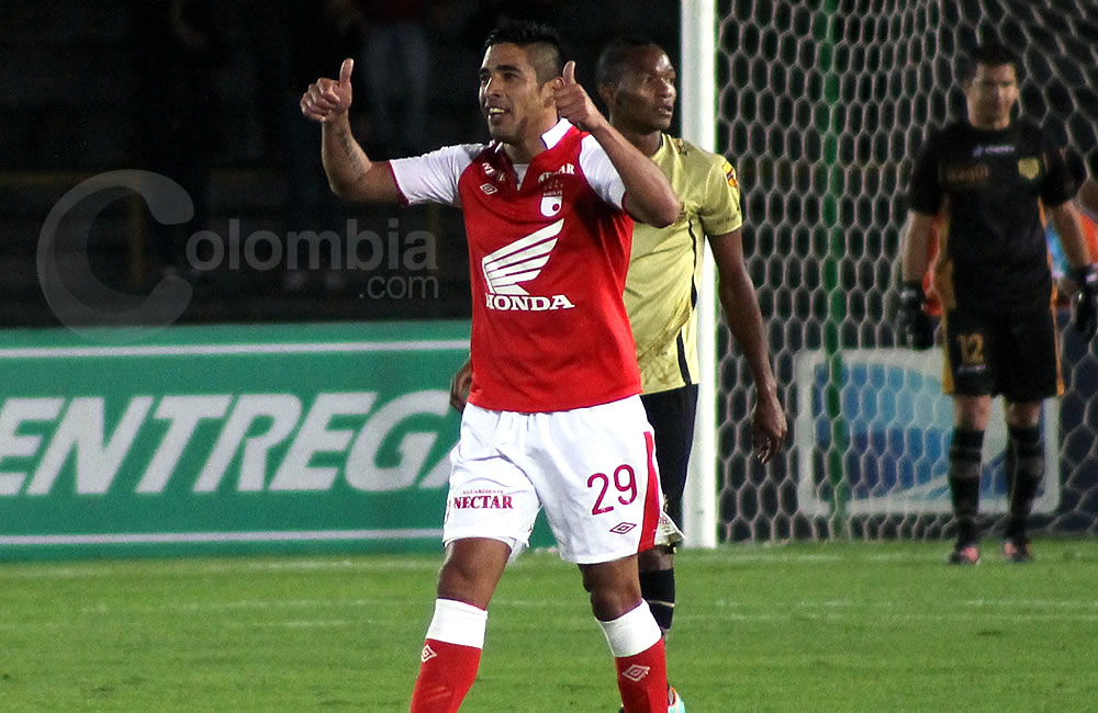 El delantero argentino de Independiente Santa Fe, Silvio González, celebra su gol marcado a Itagüí. Foto: Interlatin