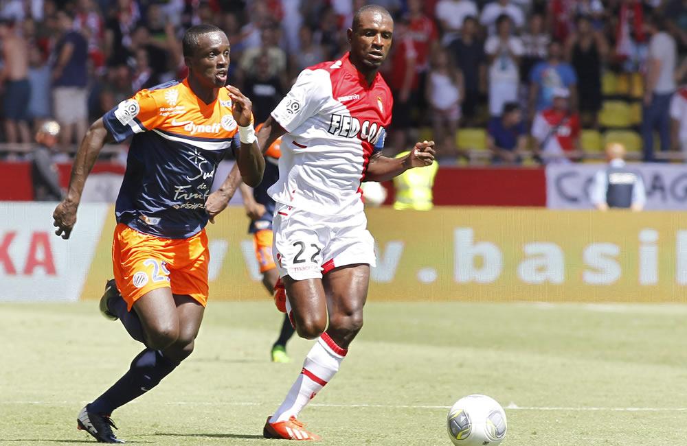 Eric Abidal del AS Monaco (d) lucha por el balón con el colombiano Víctor Hugo Montaño del Montpellier (i). Foto: EFE